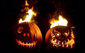 schwarzen-wallpaper-mit-brennenden-halloween-kurbisse-mit-gesichtern
